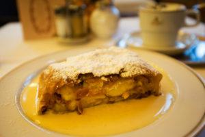 Apfelstrudl s vanilkovým krémom